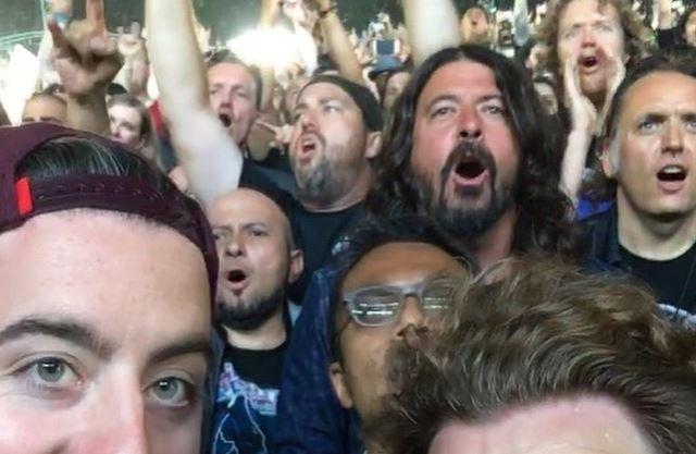 Resultado de imagem para Dave Grohl Curte Show Do Metallica No Meio Do Público