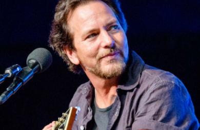 Em seu último show no Brasil, Eddie Vedder convidou ao palco Sergio Vedder, vocalista da banda cover Blaymorphed, para cantar a música Black, do Pearl Jam.