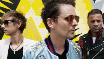 """A banda Muse divulgou a faixa """"Something Human"""" com um clipe oitentista. Música estará em seu novo álbum, previsto para novembro de 2018."""