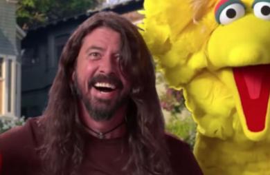 Dave Grohl canta e viaja pelos EUA com Elmo e Garibaldo em novo vídeo da Vila Sésamo; assista