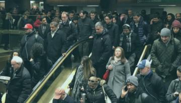 Passageiros deixam estação de metrô após explosão
