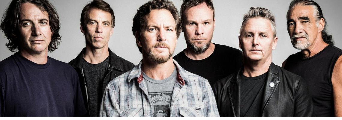 """Depois de liberar uma prévia no início da semana, o Pearl Jam liberou a audição completa da faixa """"Can't Deny Me"""" nos canais de streaming da banda. Ouça!"""
