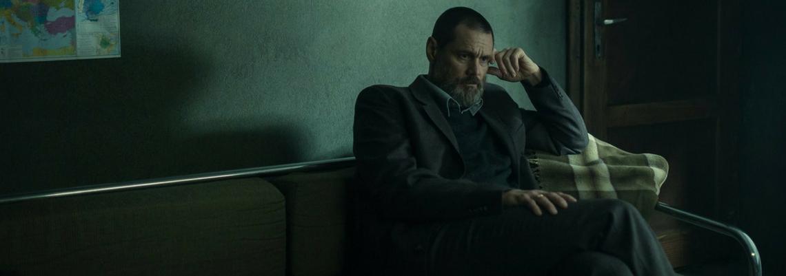Em seu retorno para a tela grande, Jim Carrey deixa a comédia de lado ao interpretar um detetive atormentado no trailer do suspense Dark Crimes.