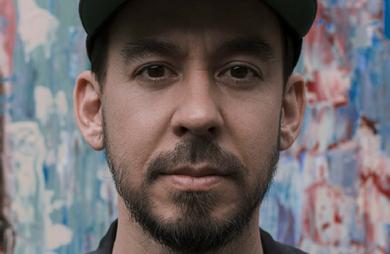 """Mike Shinoda divulgou o clipe de """"Lift Off"""", de seu primeiro disco solo, e falou sobre a possível volta do Linkin Park após a morte de Chester Bennington."""