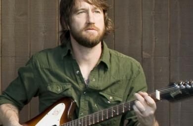Chris Shiflett, um dos guitarristas do Foo Fighters, anunciou que vai vender uma coleção com 20 guitarras, usadas tanto em shows como em gravações da banda.