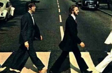 Capa de álbum icônico dos Beatles atravessando a Abbey Road realiza 50 anos.