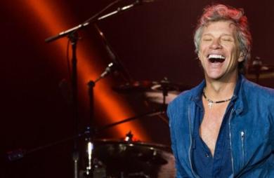 Jon Bon Jovi beija fã em show na Austrália